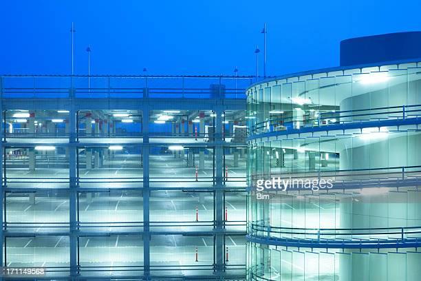 Espiral rampa e Multi piso Parque de estacionamento iluminado à noite