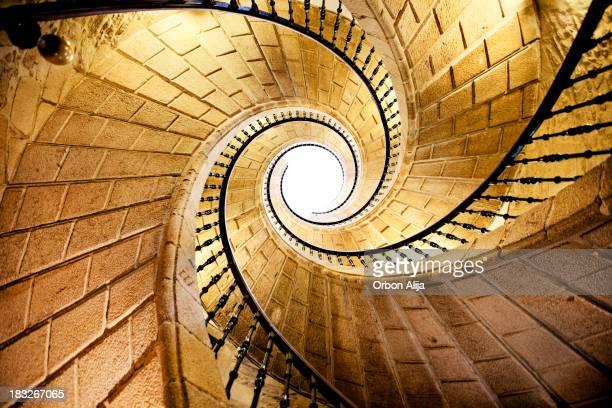 spiral wendeltreppe - turm bauwerk stock-fotos und bilder