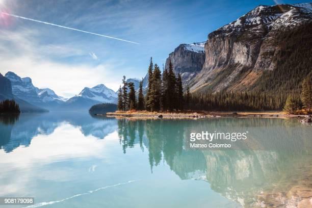 spirit island, maligne lake, jasper national park, canada - montañas rocosas canadienses fotografías e imágenes de stock