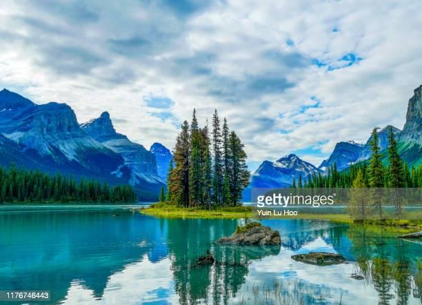 spirit island con mount paul e monkhead mountain, maligne lake, jasper national park, canada - lago reflection foto e immagini stock