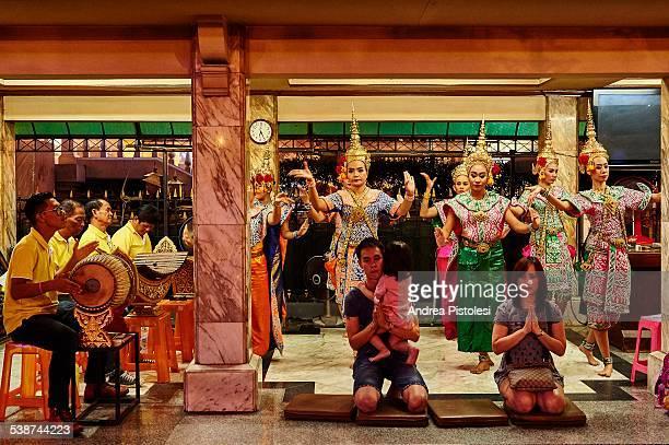 spirits shrine, bangkok, thailand - エラワン聖堂 ストックフォトと画像