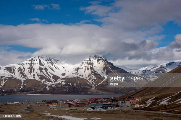 spitzbergen panoramic view with mountain range svalbard - spitsbergen stock pictures, royalty-free photos & images