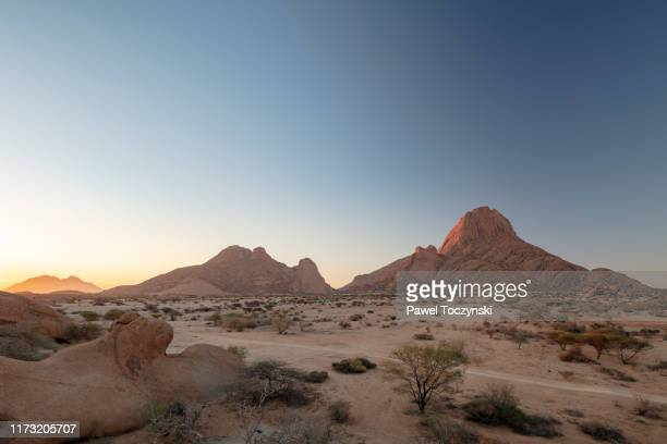 "spitzkoppe, the 700 million year old mountain also known as ""matterhorn of namibia"" at sunset, namibia, 2018 - territorio selvaggio foto e immagini stock"