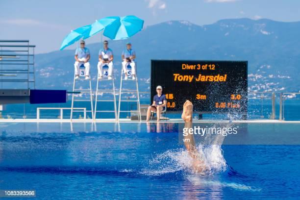 飛び板飛び込みの選手のスプラッシュ - スポーツの判定員 ストックフォトと画像