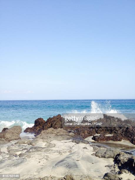 splash over the rock in bali - omar shamsuddin stock pictures, royalty-free photos & images