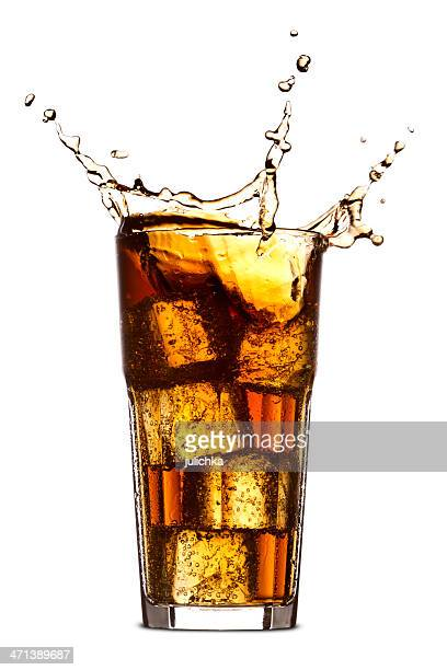 Spritzendes Wasser in Glas cola