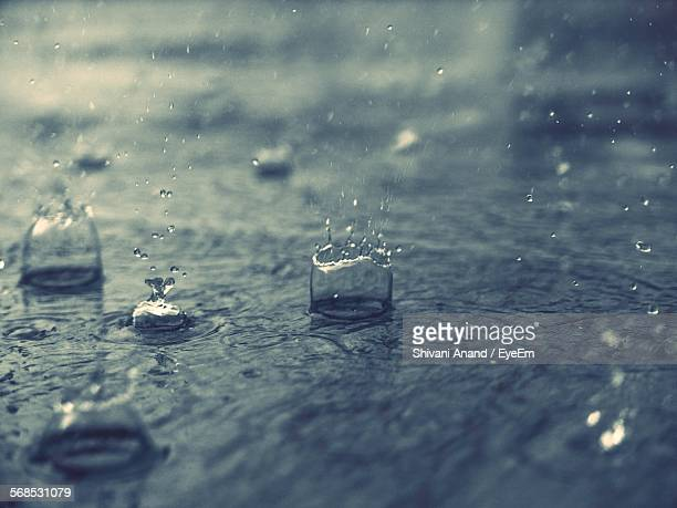 splashing water drops on road - heavy rain stockfoto's en -beelden