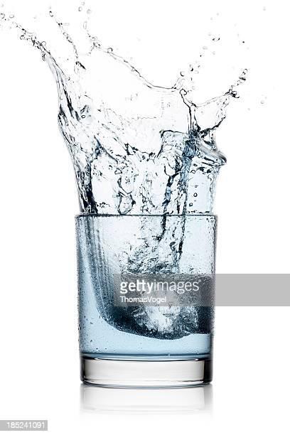 Spritzendes Wasser Wasser Glas Eiswürfel und kalten Erfrischungen