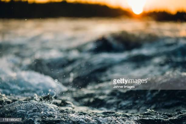 splashing water - stroomversnelling stockfoto's en -beelden