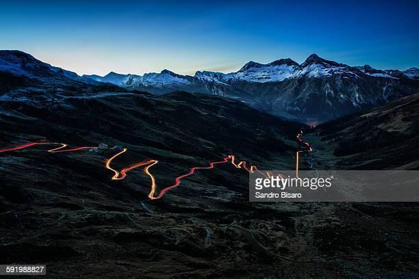 splügen mountain pass at night with traffic lights - bergpass stock-fotos und bilder