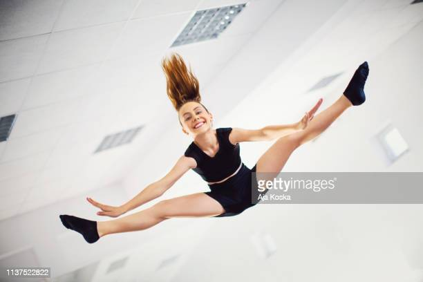 split jump. - gymnastiek stockfoto's en -beelden