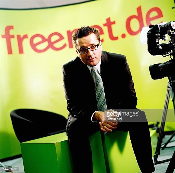 Spoerr Eckhard Vorstandsvorsitzender OnlineDienstleister Freenetde AG sitzt vor dem Schriftzug der Firma