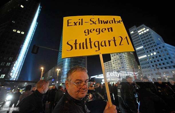 Sponatne Demonstration gegen das Bauvorhaben Stuttgart 21 und gegen die Poliziegewalt in Berlin