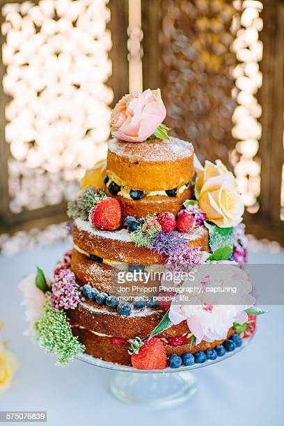 sponge cake with fruit and flowers - wedding cake foto e immagini stock
