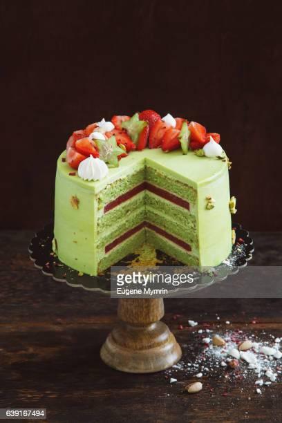 Sponge cake with pistachio and berries