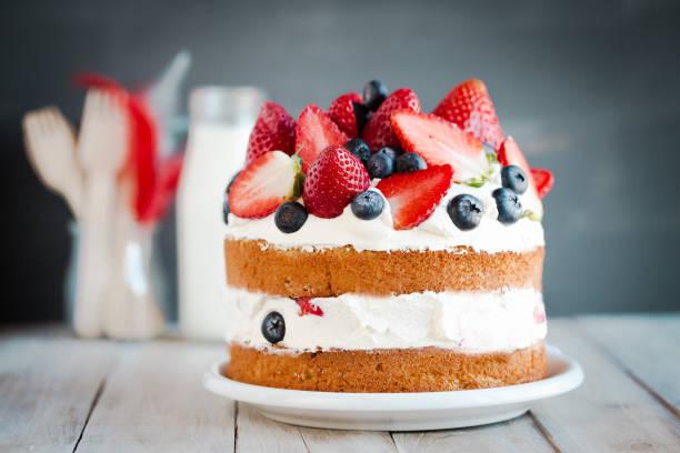 sponge cake with strawberries, blueberries and cream - 餐後甜品 個照片及圖片檔