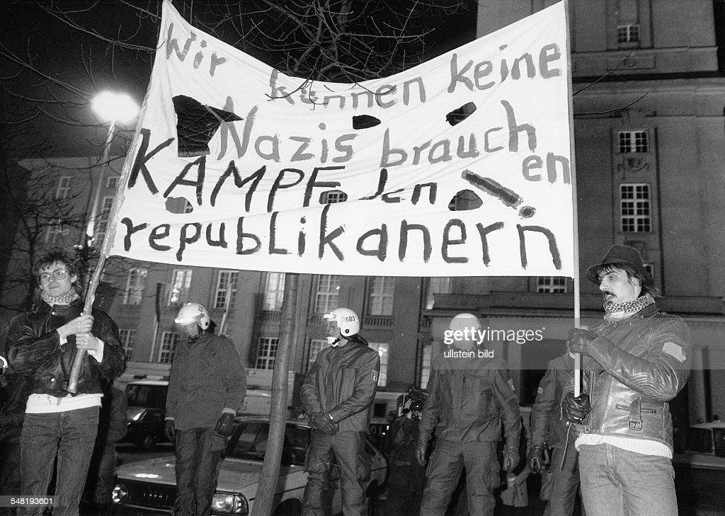 Wahl Bln W - Kundgebung vor dem Rathaus Schöneberg gegen den Einzug der Republikaner in das Abgeordnetenhaus : News Photo