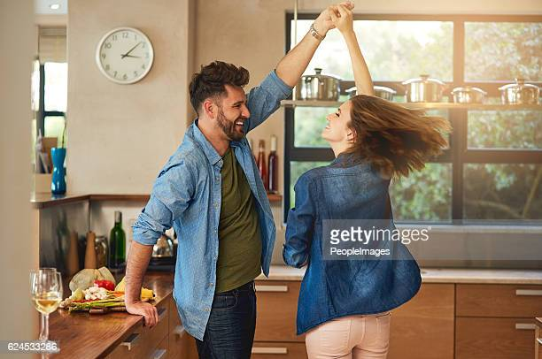 spontaneous dancing and romancing - at home imagens e fotografias de stock