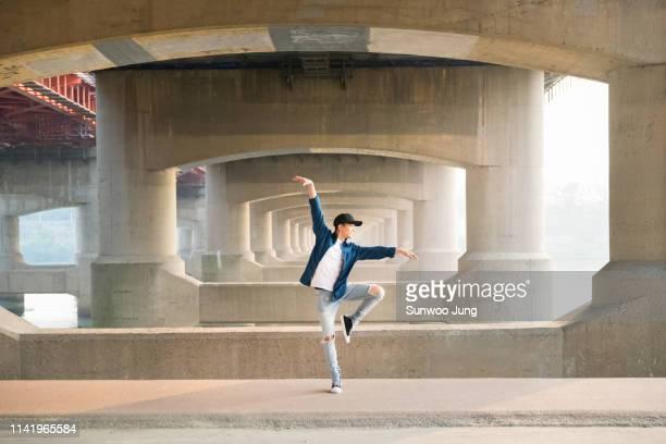 spontaneous dancing - passione foto e immagini stock