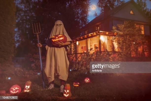 espeluznante fantasma cerca de casa encantada en halloween - aparición acontecimiento fotografías e imágenes de stock