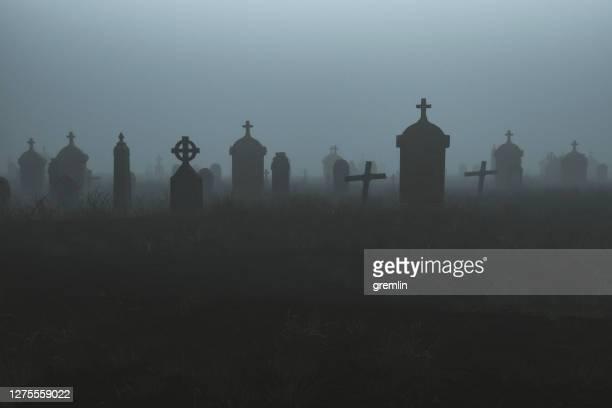 夜の不気味な墓地 - 墓地 ストックフォトと画像