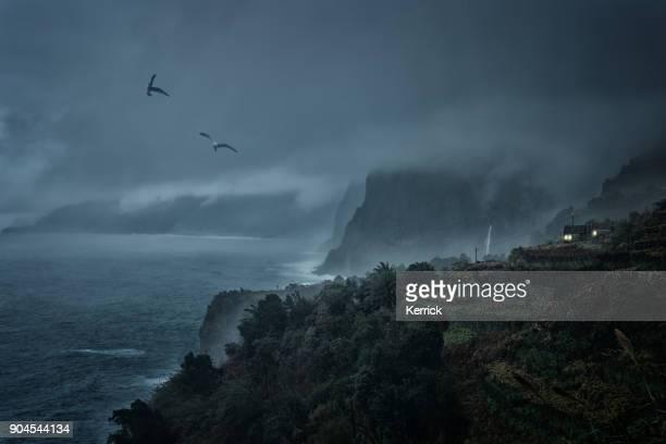 escalofriante escena - casita con luz en la noche de mal tiempo - lluvia torrencial fotografías e imágenes de stock
