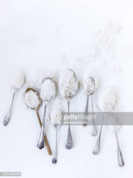 spoons with flour - mehl stock-fotos und bilder