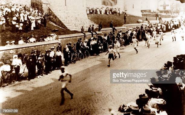 Sport, 1908 Olympic games, London, England, Marathon, The race attracts a crowd of interested spectators as the athletes move out of Windsor, The...