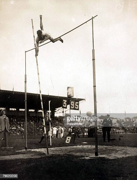 Sport, 1924 Olympic Games, Paris, France, Pole Vault, L,S, Barnes of the USA wins the gold medal clearing a height of 3,95 metres
