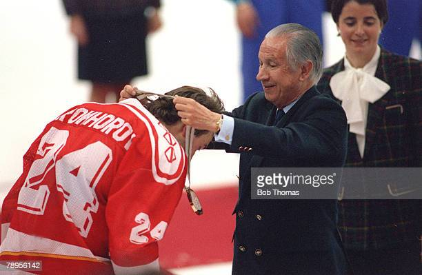 Sport 1992 Winter Olympic Games Albertville France Ice Hockey Final Unified Team 3 v Canada 1 IOCPresident Juan Antonio Samaranch presents the...