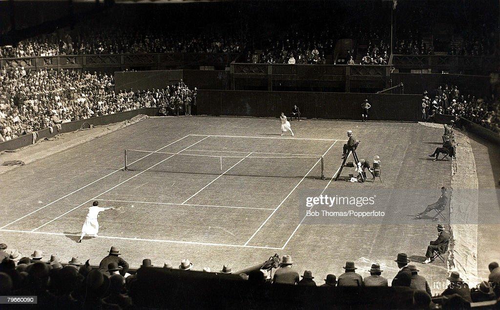 Sport, All England Lawn Tennis Championships, London, England, circa 1910, A Ladies Singles match in progress, : News Photo