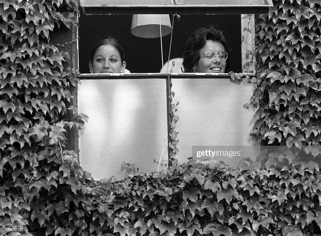 Sport, All England Lawn Tennis Championships, Wimbledon, 7th July 1973, Ladies Singles Final, USA finalists Chris Evert (left) and Billie Jean-King watch the rain from the Ladies dressing room as they wait to play : News Photo