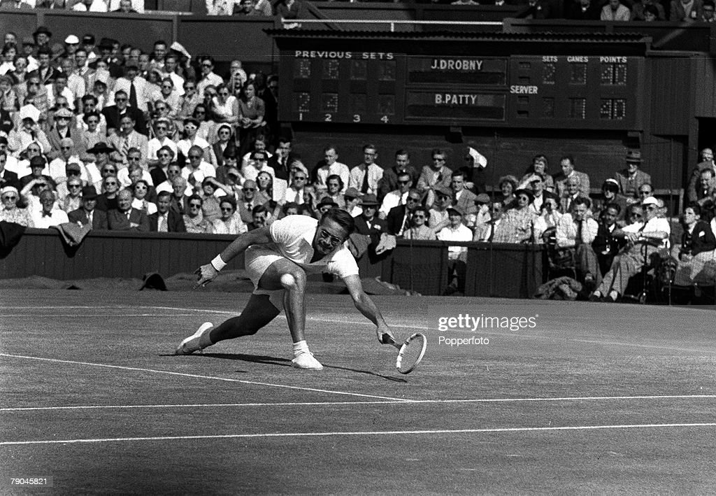 Sport. All England Lawn Tennis Championships. Wimbledon, London, England. 1954. Mens Singles Semi-Final. Czechoslovakia's Jaroslav Drobny stretches to hit a low forehand volley during his 6-2, 6-4, 4-6, 9-7 victory over USA's Budge Patty. : Foto di attualità