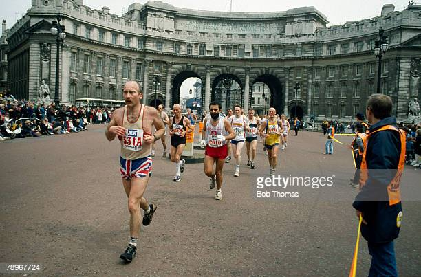 Sport, Athletics, The 1989 London Marathon, pic: 23rd April 1989, Runners enter the Mall past Admiralty Arch
