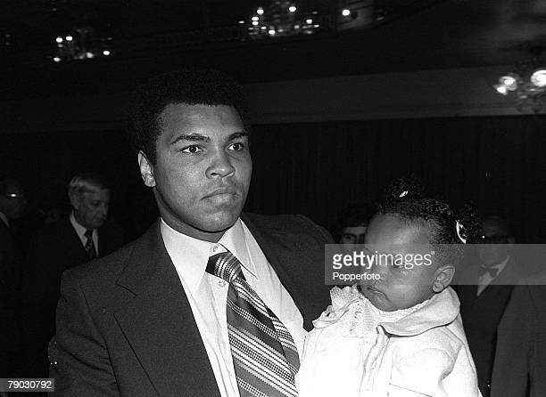 Sport Boxing London England 9th August 1977 Heavyweight boxing legend Muhammad Ali is pictured with his daughter Hana at a Press Conference Ali is...