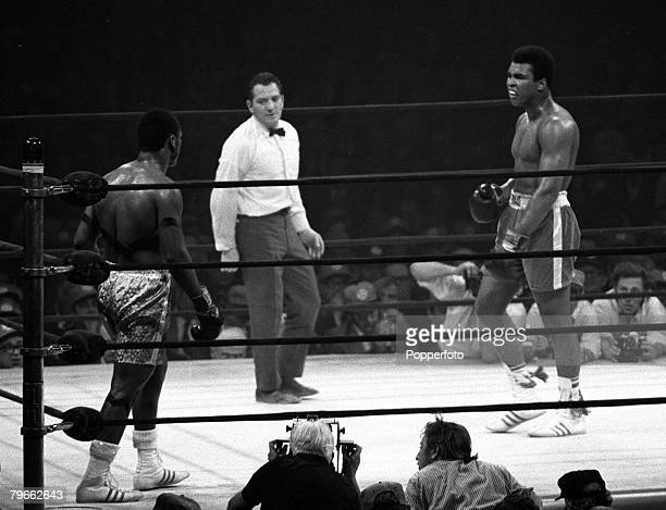 Sport Boxing New York USA 8th March 1971 Muhammad Ali taunts World Heavyweight Champion Joe Frazier during his losing challenge for the title on...