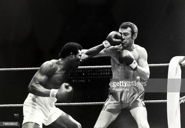17th March 1981 Great Britain's Alan Minter right on his way to beating USA's Ernie Singleton on points over 10 rounds in their Wembley middleweight...
