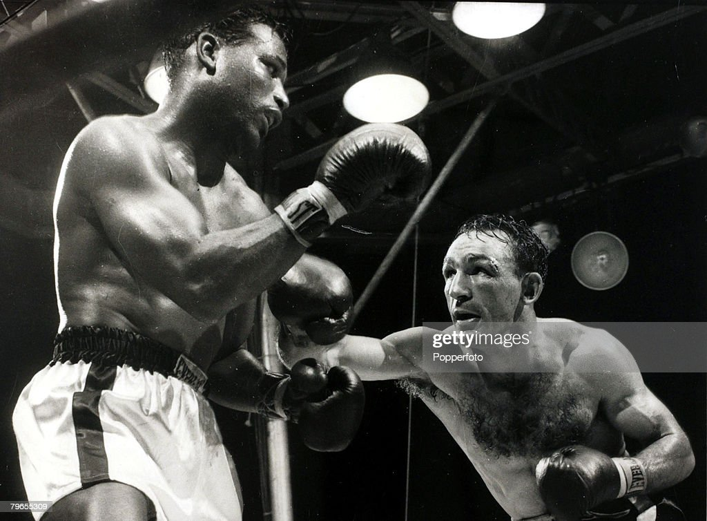 Sport, Boxing, pic: 25th September 1957, World Middleweight Championship in New York, The challenger Carmen Basilio throws a right which the champion Sugar Ray Robinson blocks, The Yankee Stadium fight was won by Basilio on a split decision : News Photo