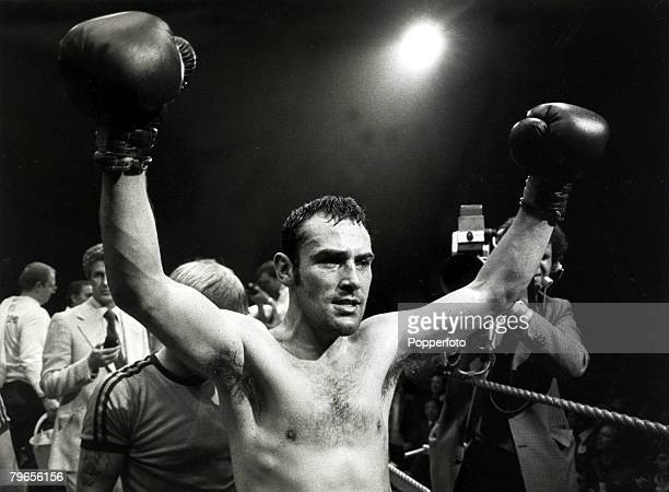 Sport Boxing World Middleweight Title pic 28th June 1980 Great Britain's Alan Minter arms raised high after his Wembley fight against USA's Vito...