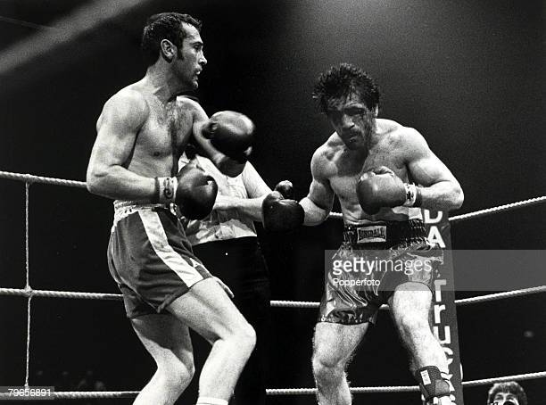Sport Boxing World Middleweight Title pic 28th June 1980 Great Britain's Alan Minter left during his Wembley fight against USA's Vito Antuofermo...