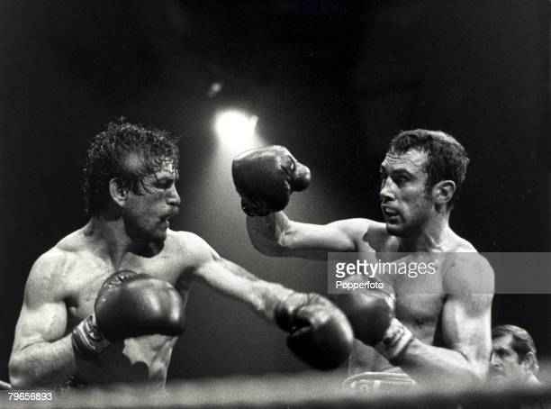 Sport Boxing World Middleweight Title pic 28th June 1980 Great Britain's Alan Minter right during his Wembley fight against USA's Vito Antuofermo...