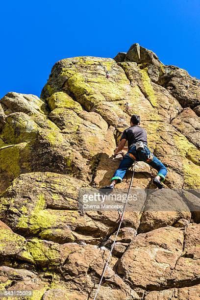 sport climbing in a granite climbing route - inclinando se - fotografias e filmes do acervo