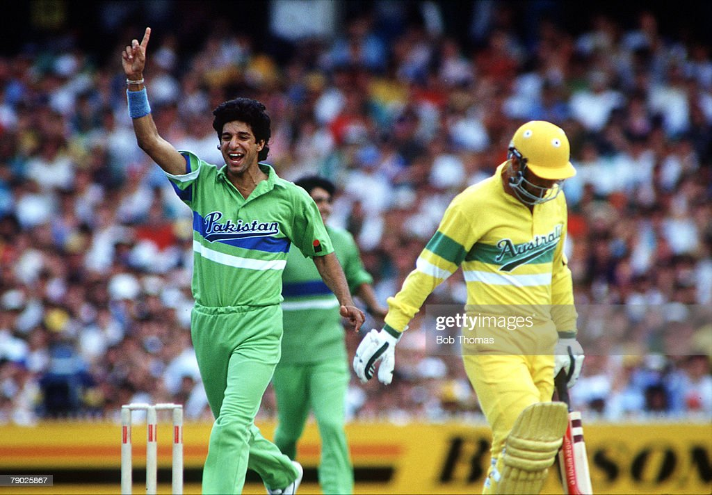 Sport. Cricket. World One-Day Series. Melbourne. January 1990. Australia v Pakistan. Pakistan's Wasim Akram celebrates after taking the wicket of Australia's Geoff Marsh. : ニュース写真