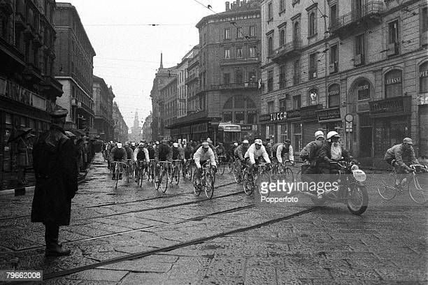 Sport Cycling Milan Italy 19th March 1971 MilanSan Remo 108 mile Cycle Classic The start of the race which was won by Belgium's Eddie Merckx in a...