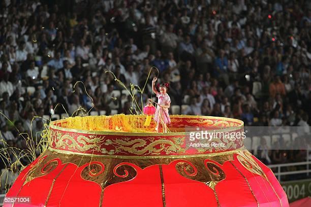 Sport / Diverses Olympische Spiele Athen 2004 Athen Abschlussfeier Ein kleines chinesisches Maedchen singt ein Lied zur Begruessung der Spiele 2008...