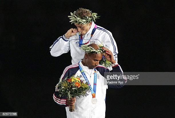 Sport / Diverses Olympische Spiele Athen 2004 Athen Abschlussfeier Marathon Siegerehrung oben Stefano BALDINI / ITA Gold unten Mebrahton KEFLEZIGHI /...