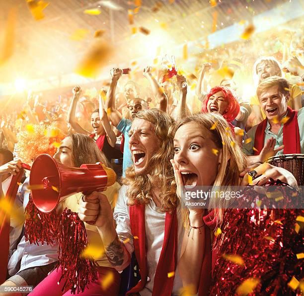 sport fans: group of cheering fans - evento esportivo - fotografias e filmes do acervo