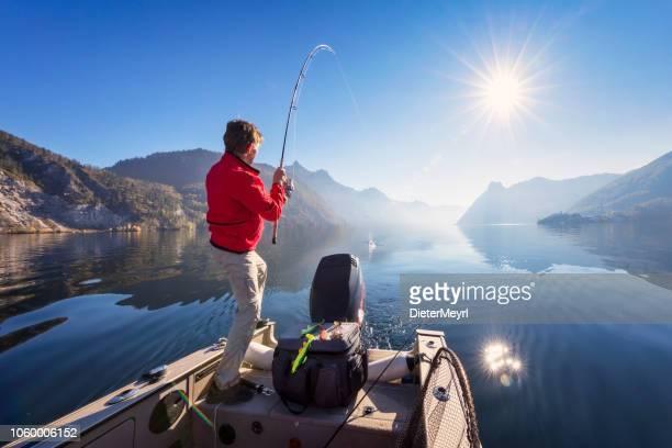 sport fischer jagd fisch - angeln am alpin see - angeln stock-fotos und bilder