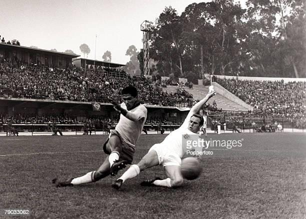 Sport, Football, 1962 World Cup Finals, Vina Del Mar, Chile, 10th June 1962, Quarter Final, Brazil 3 v England 1, Brazil star Garrincha crosses the...
