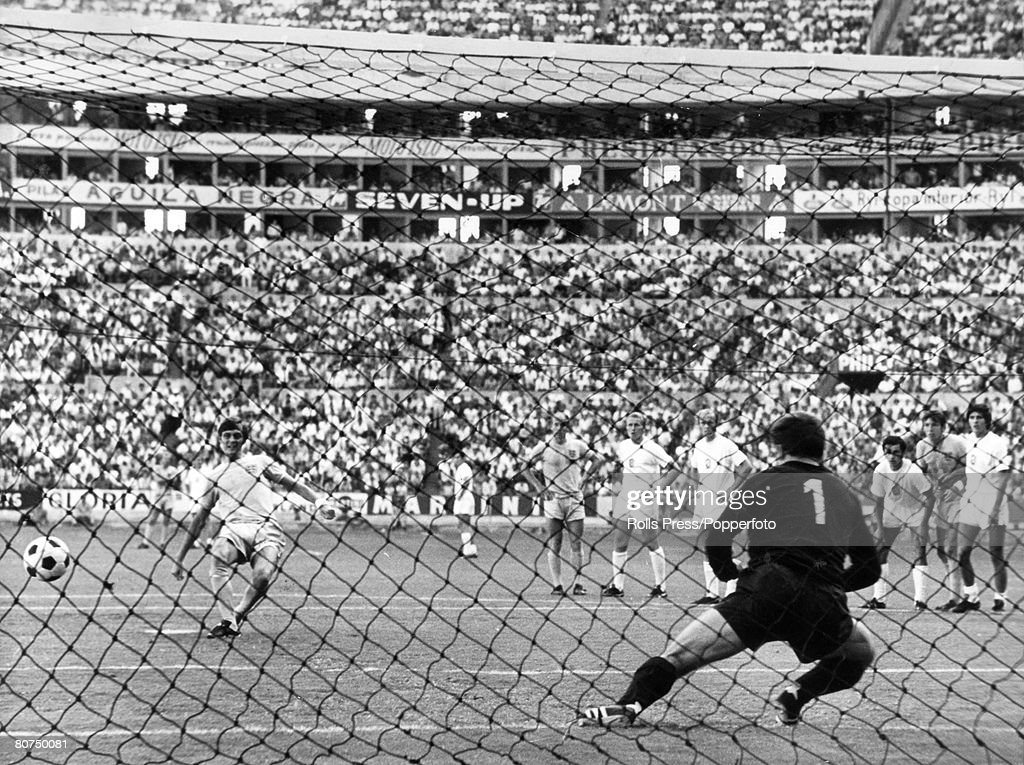 Sport Football. 1970 World Cup Finals. Guadalajara, Mexico. 11th June, 1970. Group 3. England 1 v Czechoslovakia 0. England's Allan Clarke strikes his penalty past Czechoslovakian goalkeeper Ivo Viktor to give his side a 1-0 lead in the match. : Foto jornalística